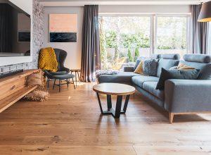 Dřevěná podlaha v obýváku