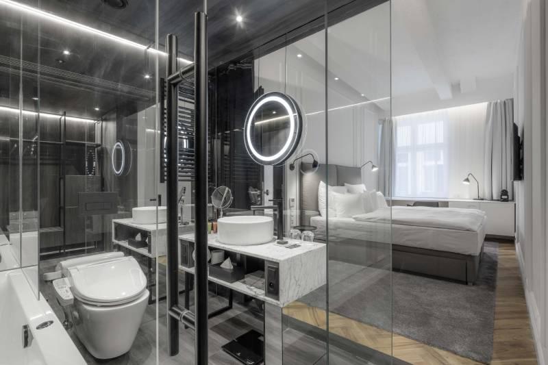 prosklená koupelna v pokoji v hotelu Pytloun v Praze