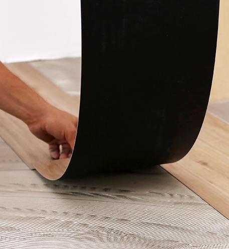 Pokládka vinylové podlahy: Proč se nebát lepidla