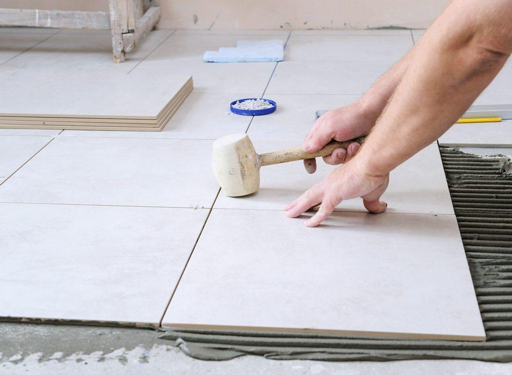 Pro lepší přilnutí můžete poklepat každou obkládačku gumovou paličkou.